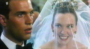 """Cena do filme """"O Casamento de Muriel""""."""